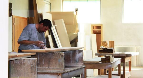 Woodi Tischler bei der Arbeit